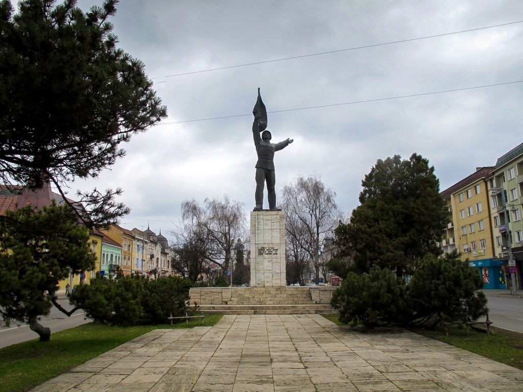 Statues and monuments on Piata Trandafirilor
