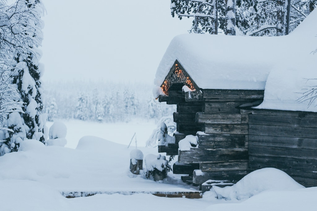cabin and snow at Isokenkäisten Klubi in kuusamo, finland in finnish lapland