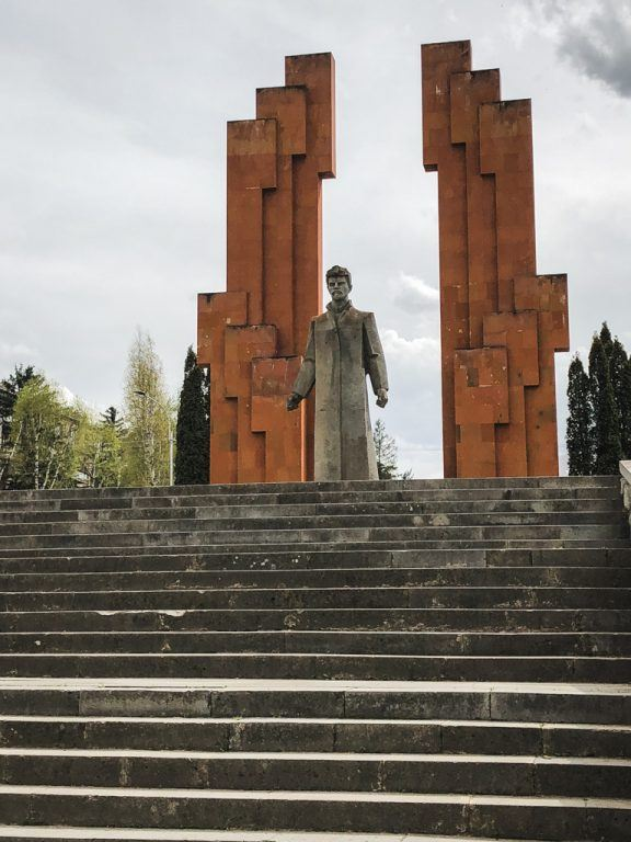 How to Travel From Tbilisi to Yerevan by Bus (Marshrutka) stepanavan statue