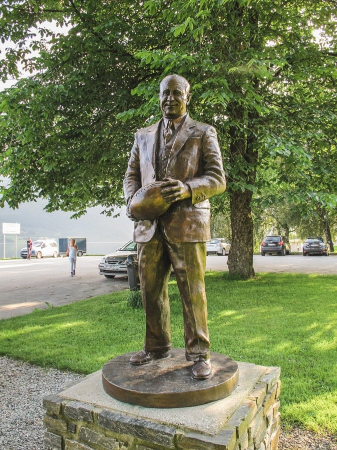 things to do in bergen norway knute rockne statue