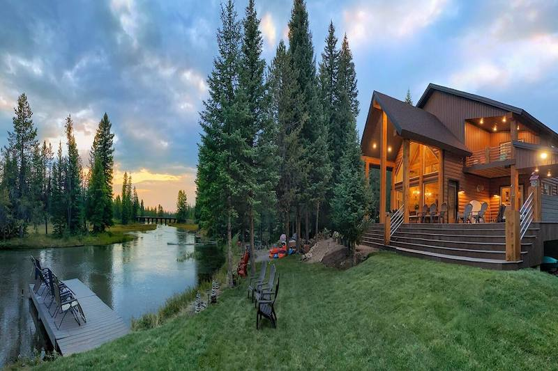 Upscale Riverfront Getaway in the Forest