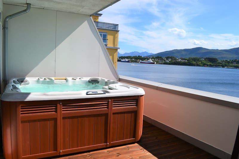 airbnb alesund w: hot tub